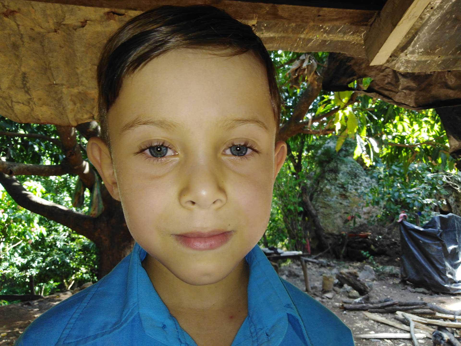 En las comunidades de San Nicolás, es posible encontrarse con gente con rasgos caucásicos. Este niño de la comunidad Salmerón tiene ojos azules.