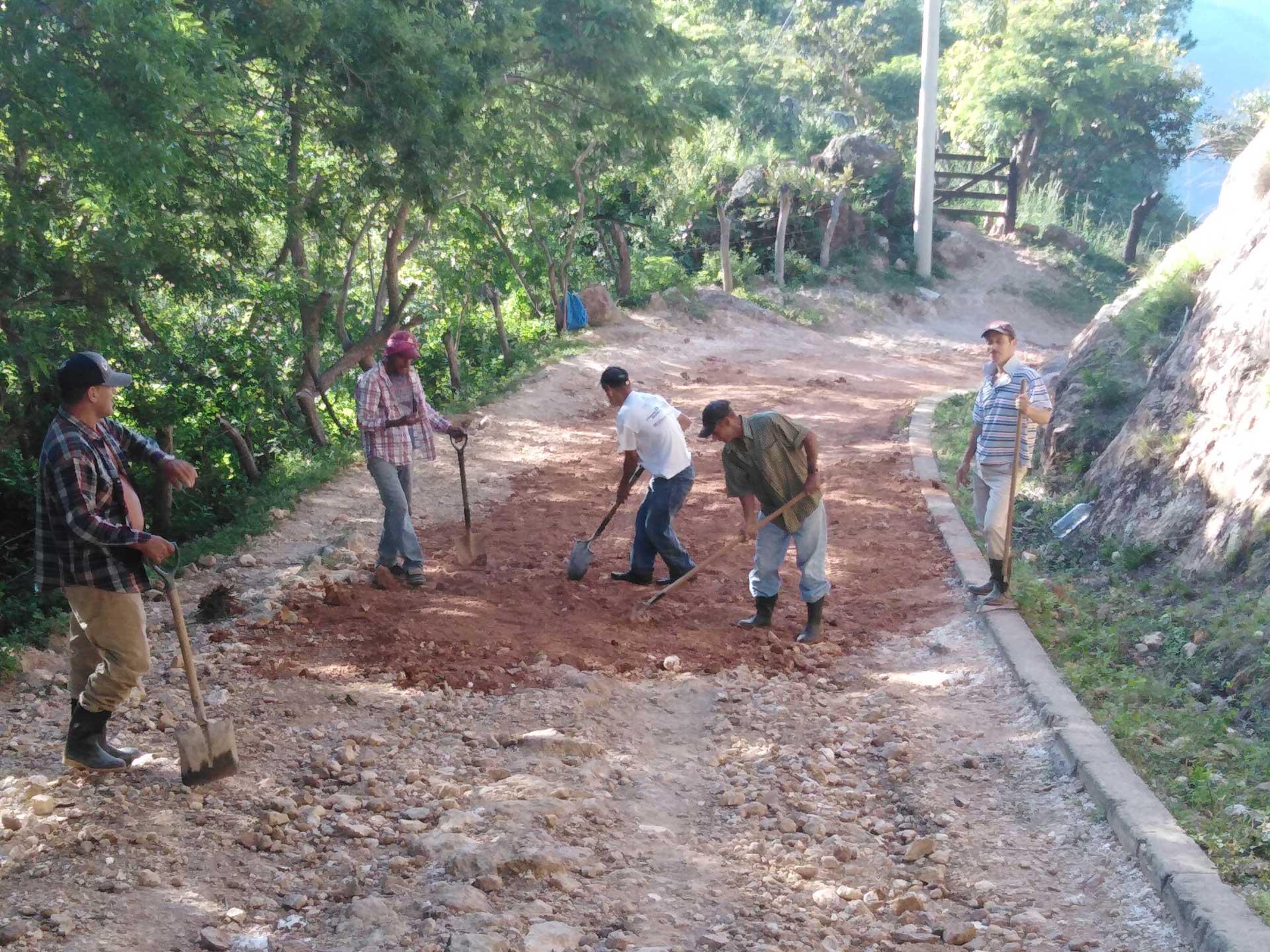 Pobladores de la comunidad Salmerón reparan un camino hacia otras comunidades rurales de San Nicolás.