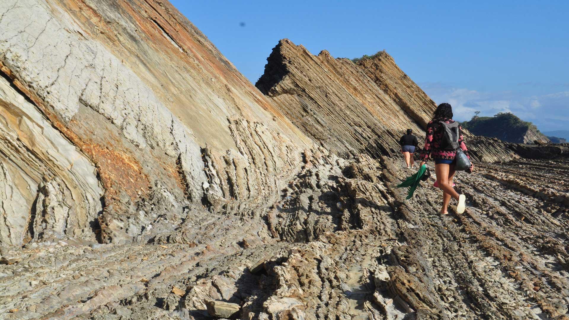Formaciones de rocas en láminas en el Ostional.