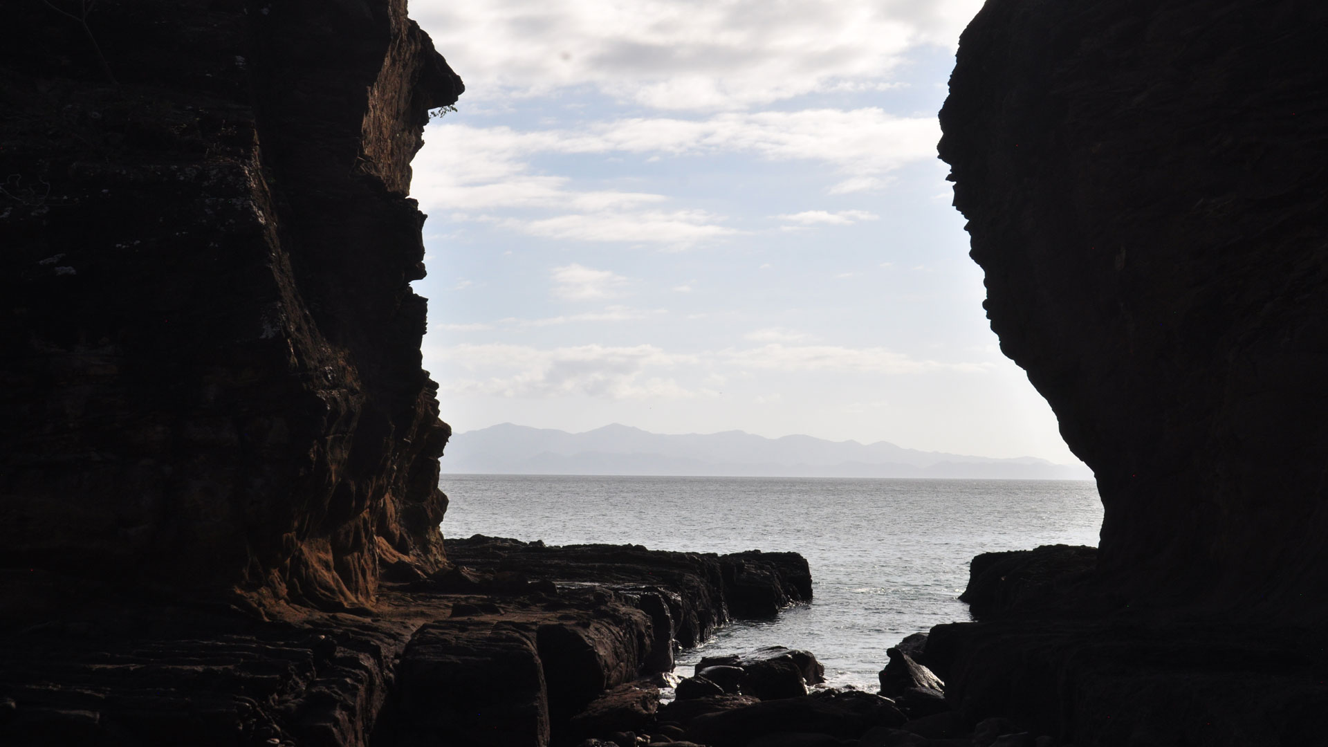 El mar ha formado cañones en la roca que emerge del lecho marino.
