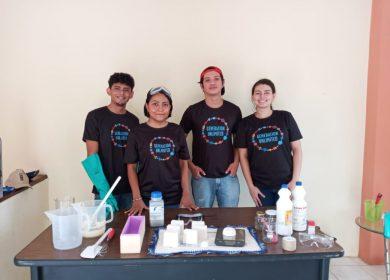 Jóvenes buscan fondos internacionales fabricando jabones